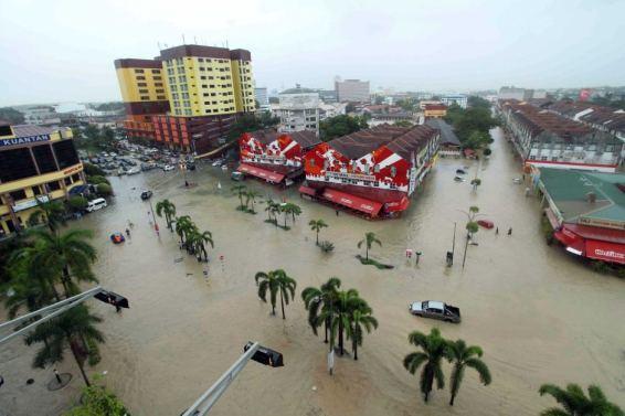 flood-malaysia-car-camping